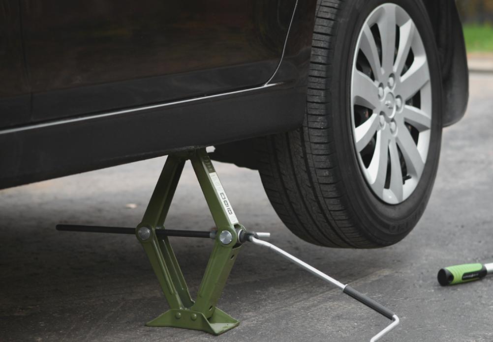 Gunakan dongkrak untuk ganti oli mobil dirumah